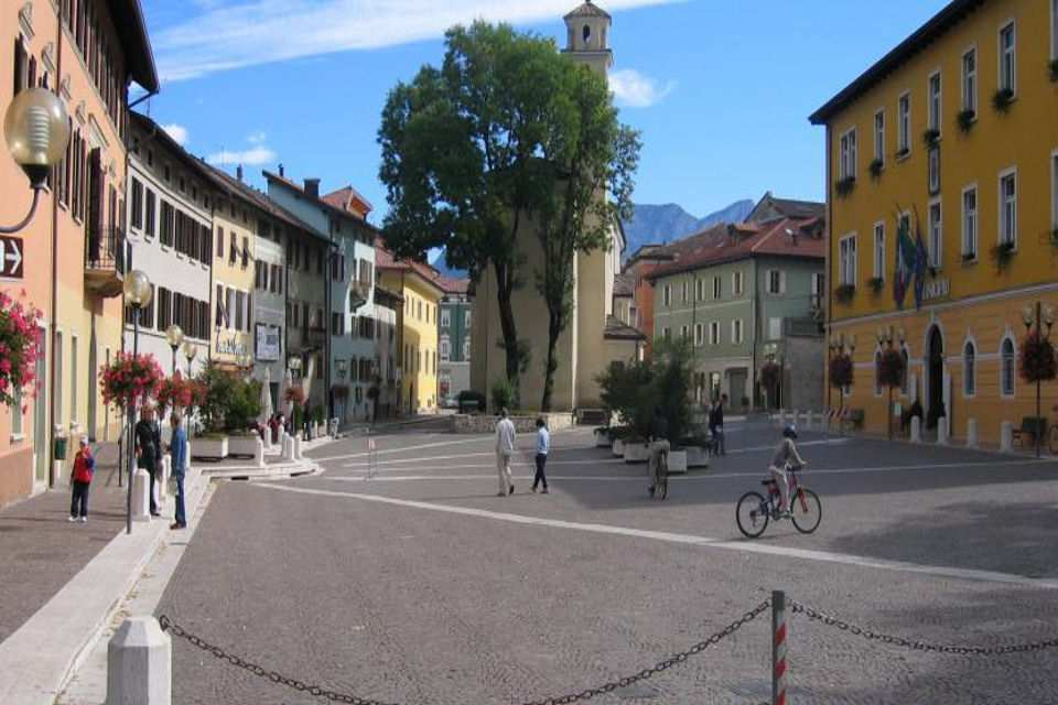 A stroll in the historical city centre of Borgo Valsugana